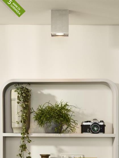 Faretto a spot cubo da soffitto tetto in alluminio con finitura nickel satinato con luce orientabile 360 gradi realizzato con un design semplice e moderno, che si inserisce in qualsiasi ambiente di casa o di lavoro.
