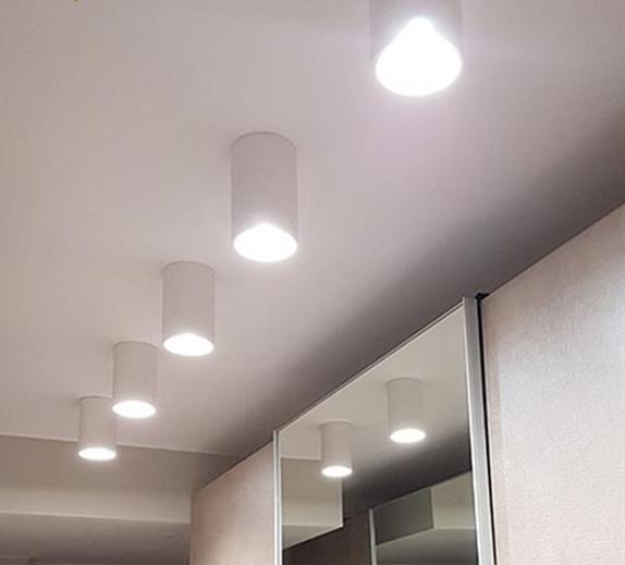 Faretto da soffitto gu10 led compatibile dalla forma a cilindro di colore bianco in gesso dal design minimal e moderno, che può essere verniciato in modo da essere inserito con discrezione in qualsiasi ambiente.