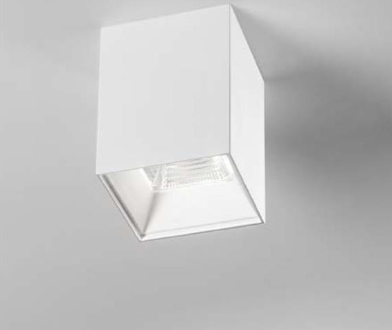 Faretto led da soffitto dalla forma a parallelepipedo di colore bianco con tecnologia luce led Cob epistar integrato realizzato in alluminio con un diffusore interno in vetro.