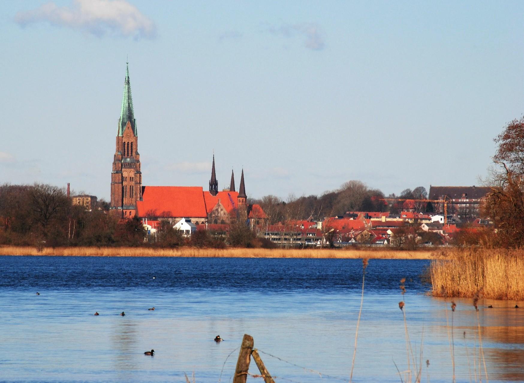 Blick von der B76 über die Schlei zum Schleswiger Dom