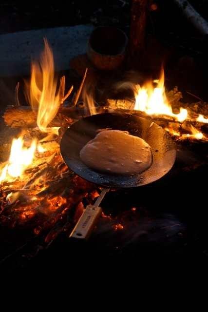 Pfannkuchen am Feuer mit Muurikkapfannen