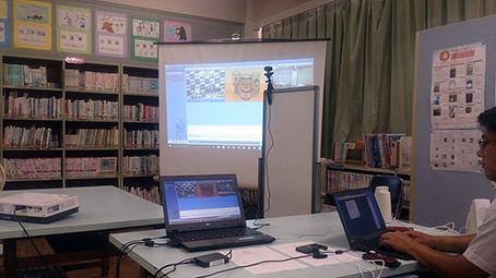 今回使用する器材は、パソコン・小型カメラ・マイク・プロジェクター、スクリーン、そしてテレビ会議システムです。