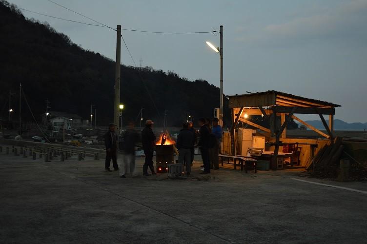 2016.01.07 夕刻  六島の地域づくりに欠かせない意見交換の場『ドラム缶会議』。今夜も気が付けば作業を終えた男性陣が、アルコール片手に集まっていた。