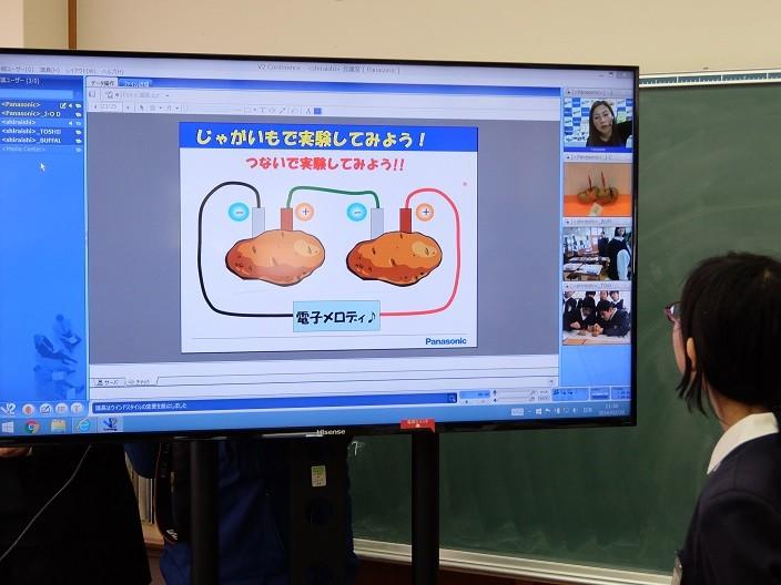 ジャガイモに種類の異なる2枚の金属板を差すと電池になります!という実験。