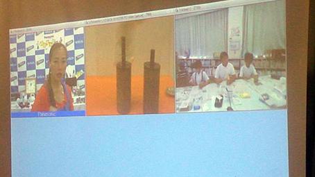 パナソニック社ご担当の方によって、画面を切り替えながら進行していきました。左から【大阪工場】【教材の取り扱い方】【北木小の様子】が映ってます。