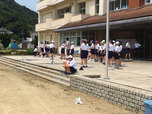 須磨学園は毎年キャンプ期間中の午前中に授業をします。この日は理科の授業でペットボトルロケットを打ち上げていました。広い校庭がある石切りの杜らしい光景が見れました。
