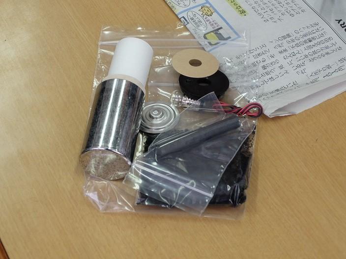 そしていよいよ授業のメイン。オリジナル乾電池を作ります。材料はこれ。