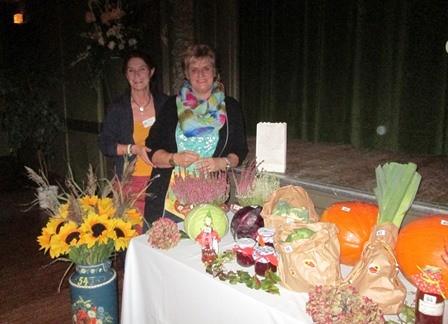 Erntedankfest; Brigitte Jacobsen und Annegret Hamster