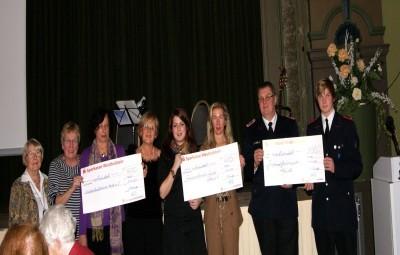 Spendenübergabe während Weihnachtsfeier 2011