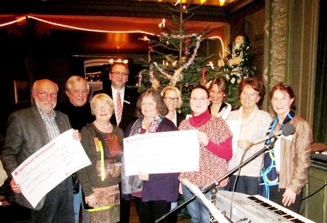 Spendenübergabe während der Weihnachtsfeier 2014