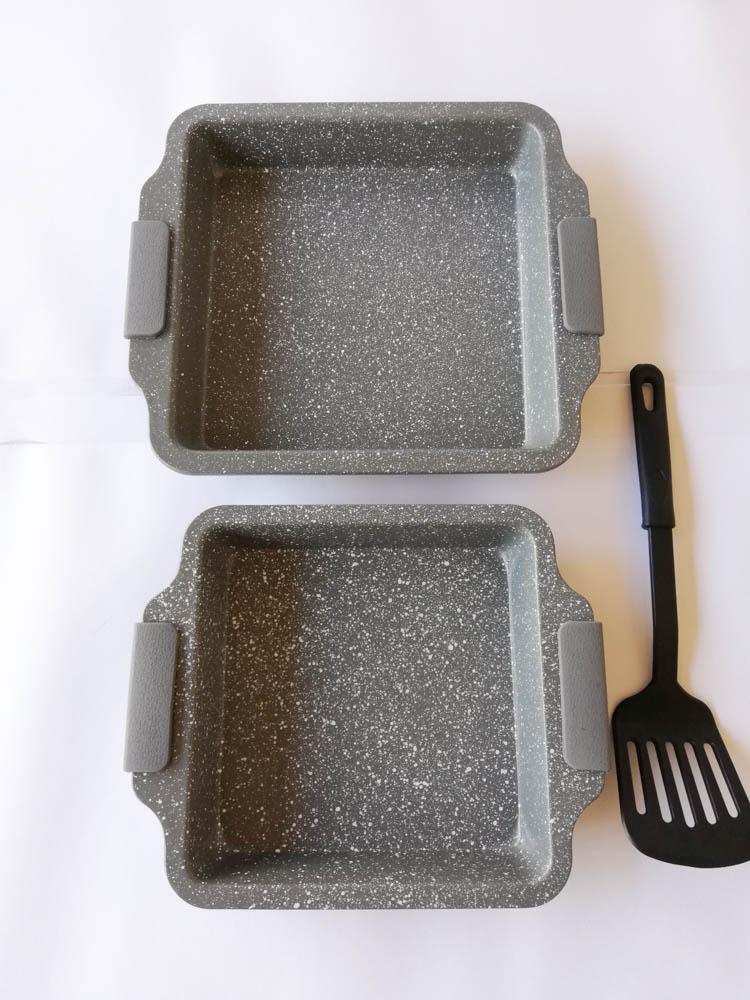 Teglia quadrata da forno antiaderente con 2 misure più una paletta e manici in silicone. Col.Grigio. B547
