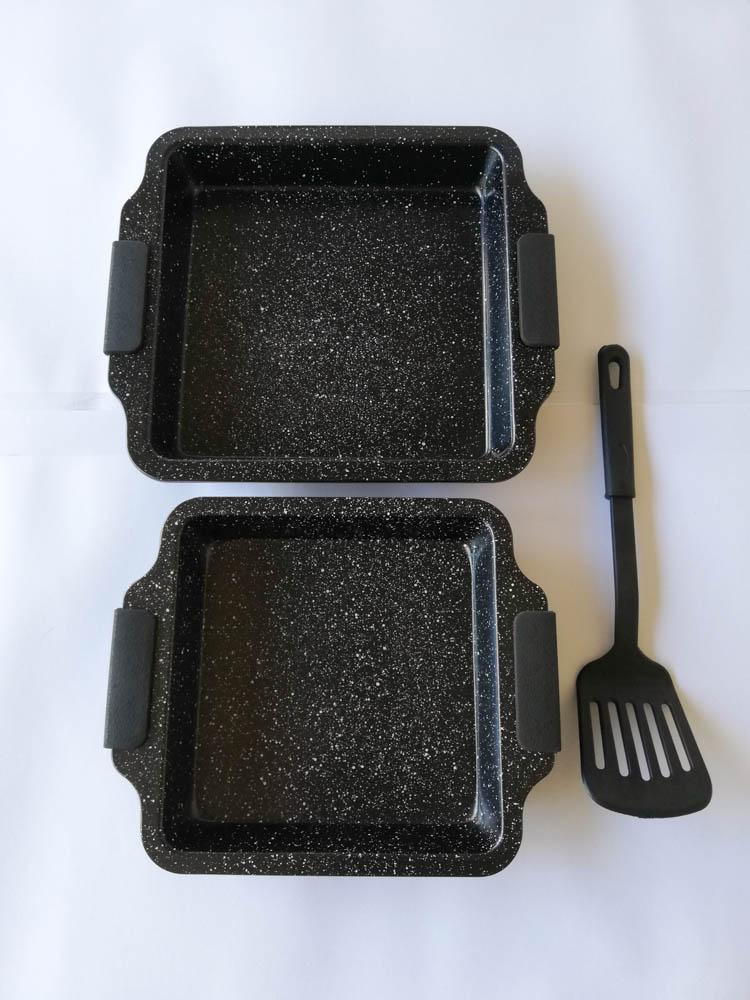 Teglia quadrata da forno antiaderente con 2 misure più una paletta e manici in silicone. Col.Nero.B547