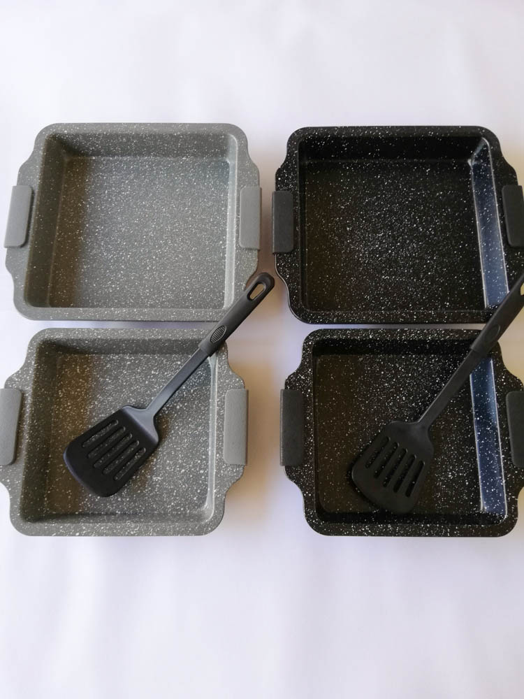 Teglia quadrata da forno antiaderente con 2 misure più una paletta e manici in silicone. B547