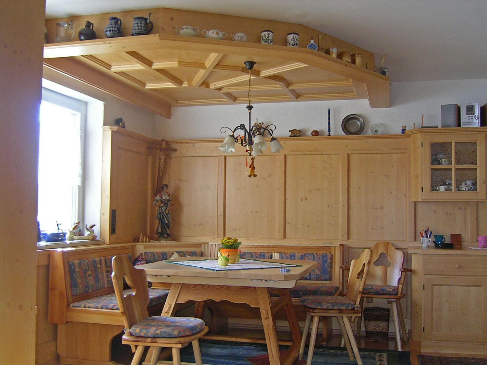 Eine gemütliche Essecke im Wohnzimmer integriert, Fichte gebeizt