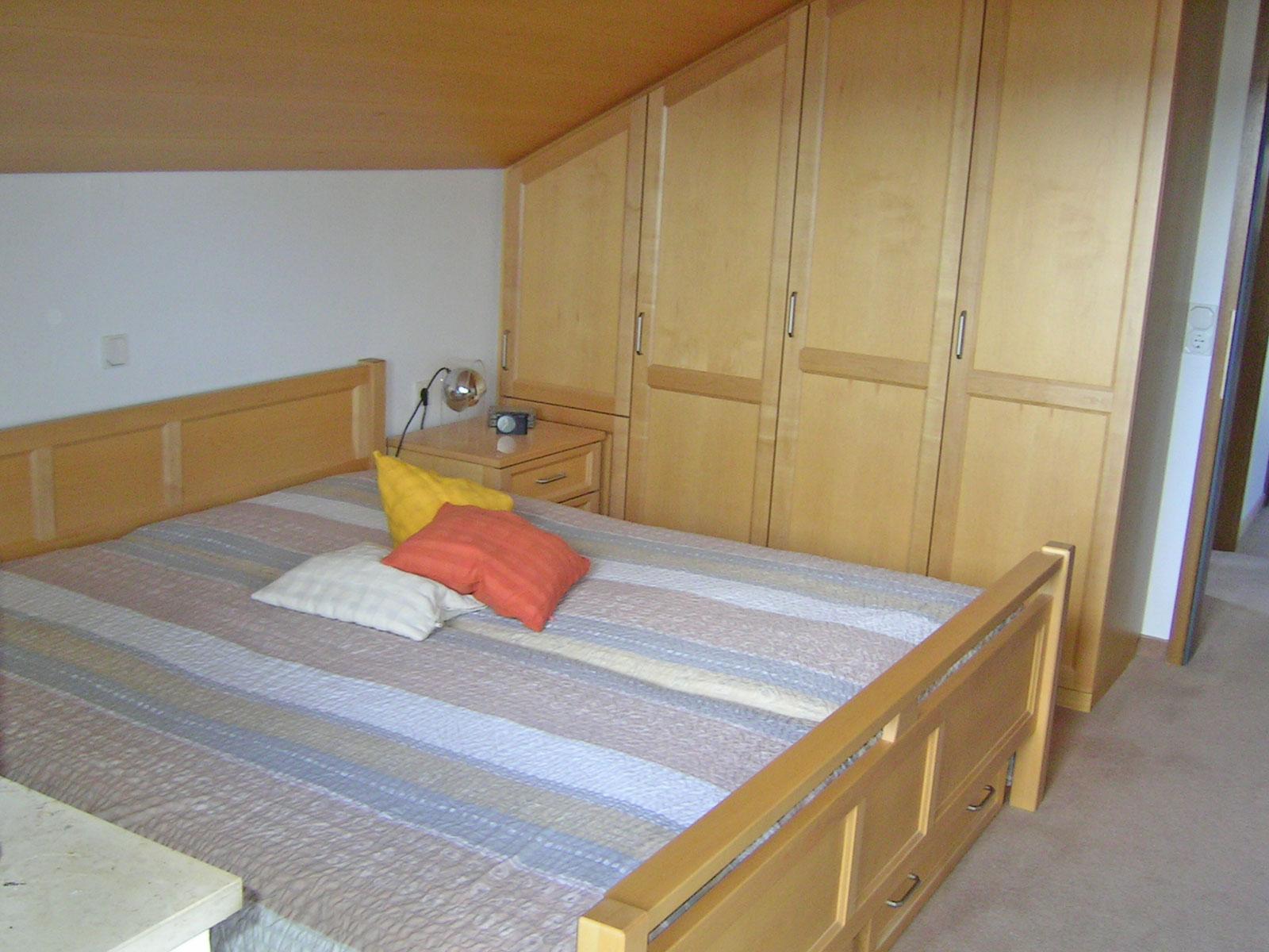 Schlafzimmerausbau in kanadischer Ahorn, mit ausziehbaren Bettschubladen