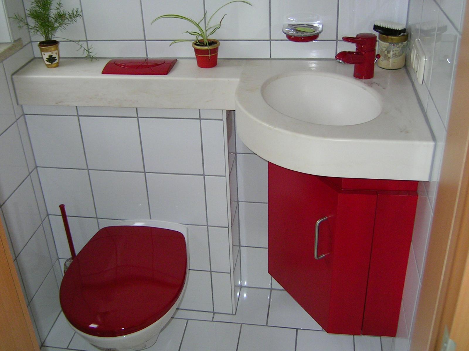 WC-Sanierung mit farbig lackierten Möbeln und einer Waschbeckenplatte in Mineralwerkstoff