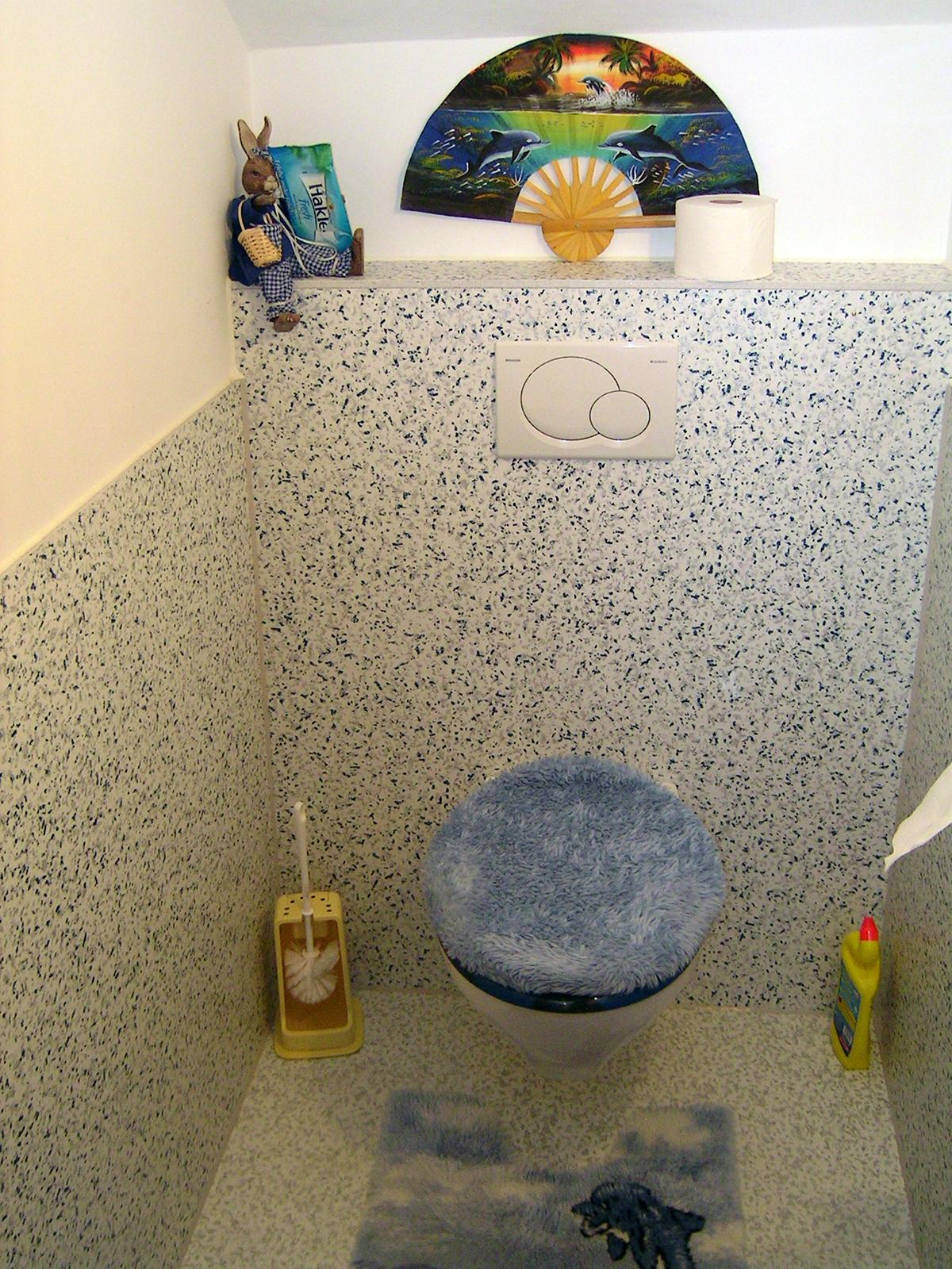 """WC-Sanierung im Trockenbau mit """"Bobinger Marmor"""" – auch für Duschabtrennungen und Duschen einsetzbar"""