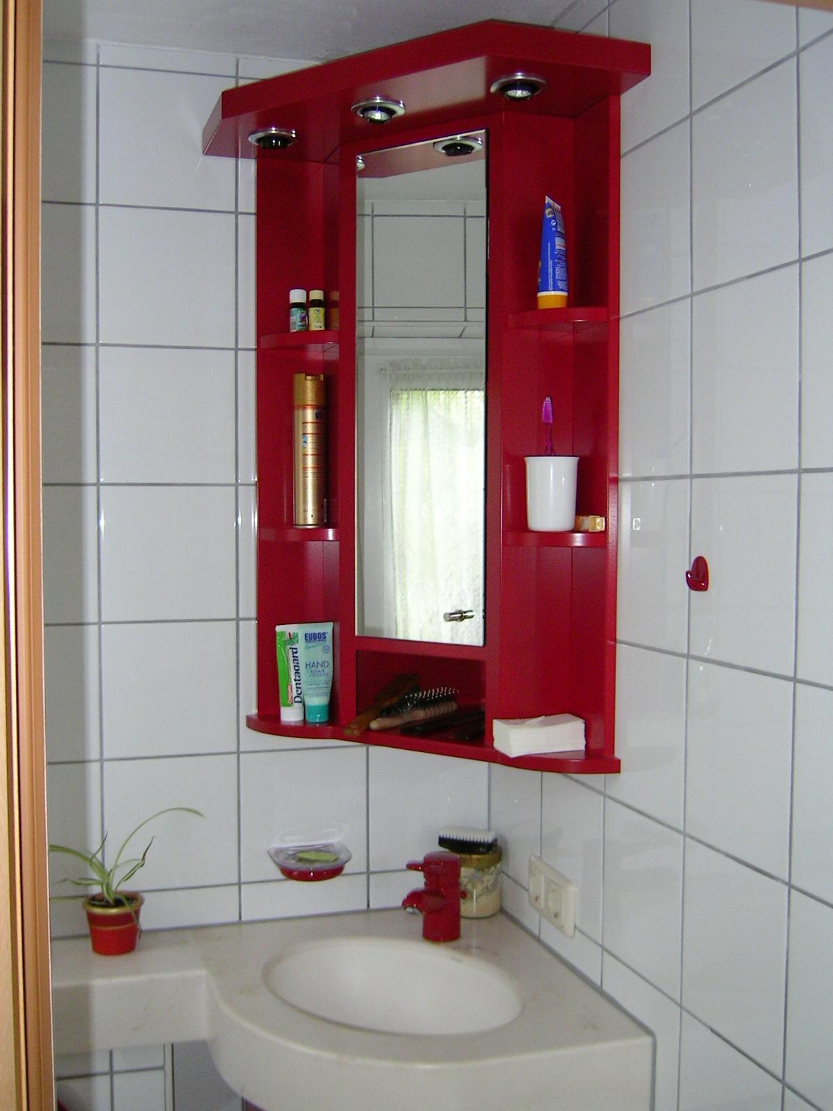 WC-Sanierung mit farbig lackierten Möbeln und Baldachin mit Beleuchtung