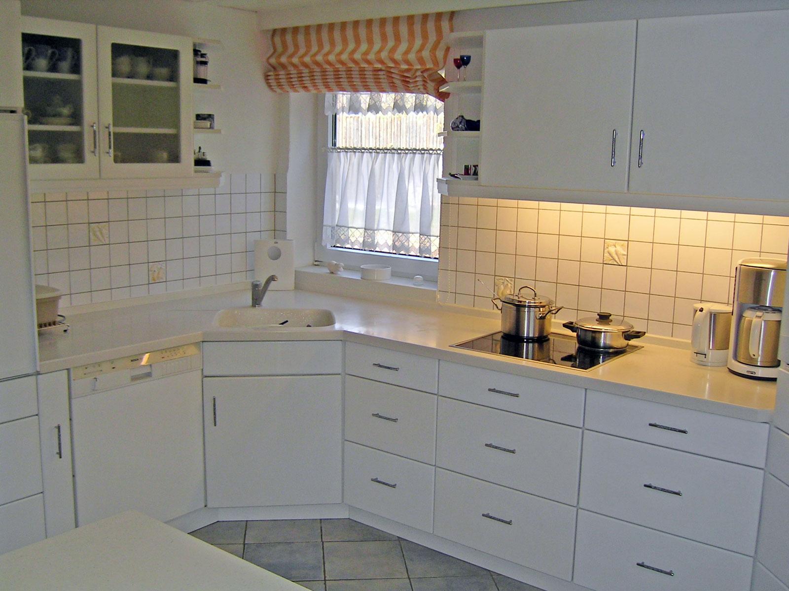 Zeitlose Küche mit Front in Esche weiß