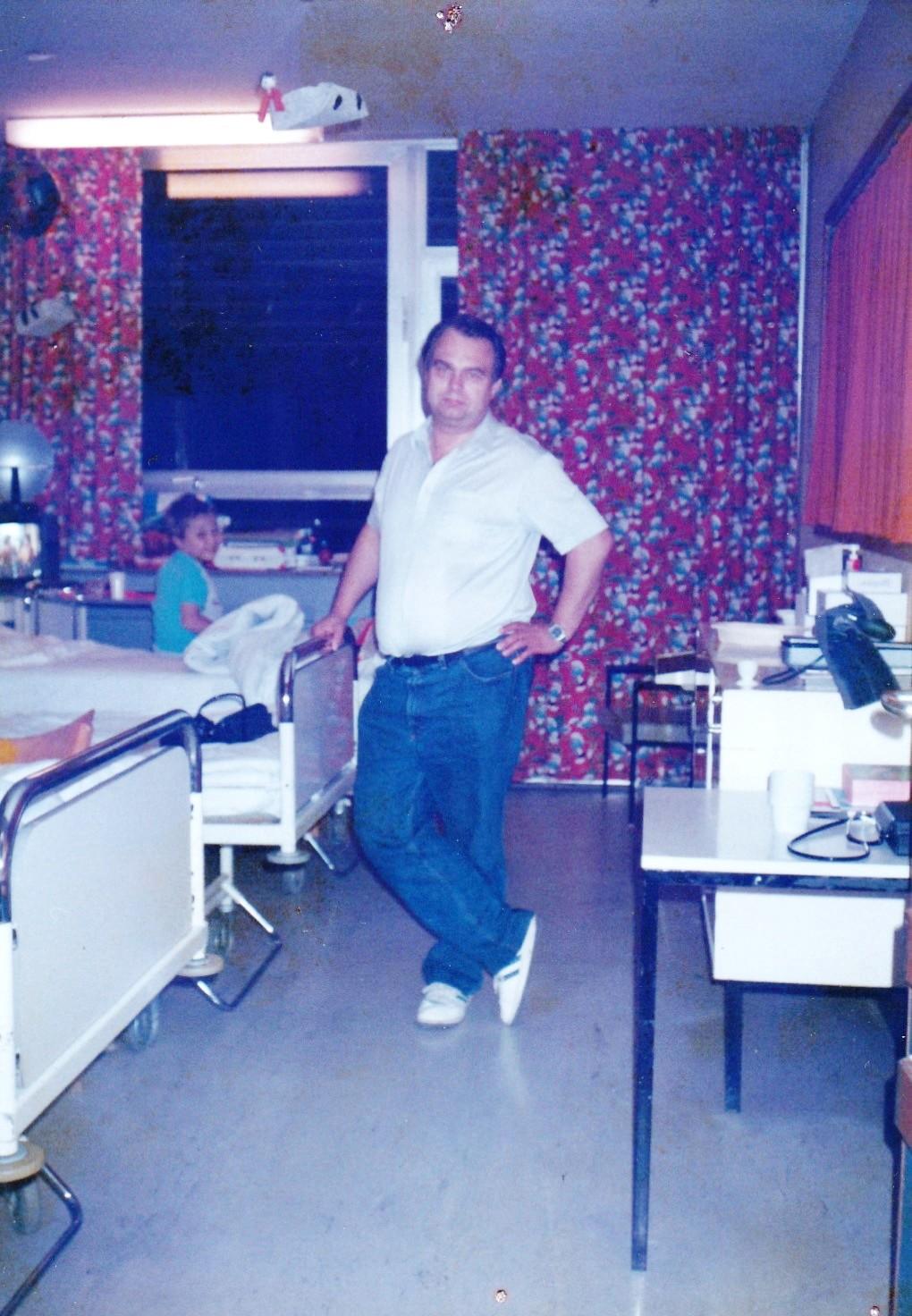 Mein Vater an meinem Bett am Vorabend einer Operation 1986 in der alten Kinderklinik.
