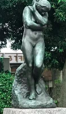 ↑↑↑地獄の門の両サイドに男女の銅像