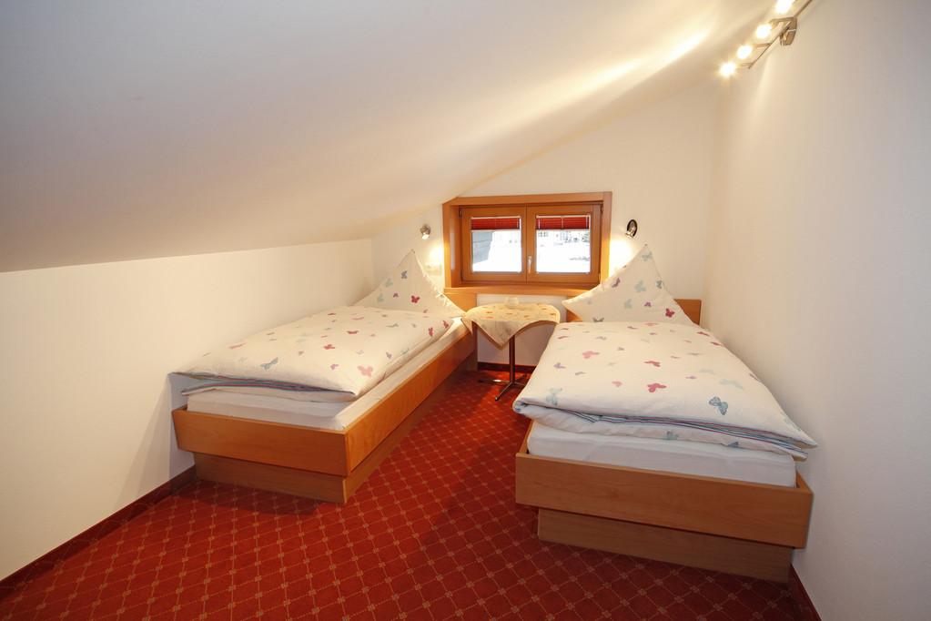 Schlafzimmer mit zwei Einzelbetten /Fußende offen