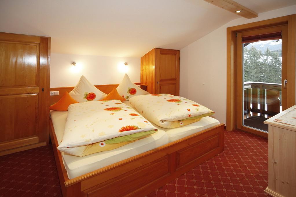 Schlafzimmer mit Doppelbett / Fußende offen