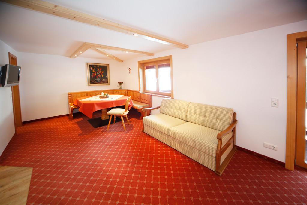 Wohnzimmer mit großer Essecke, Couchbett und Flachbildfernsehen mit 25  TV Programmen