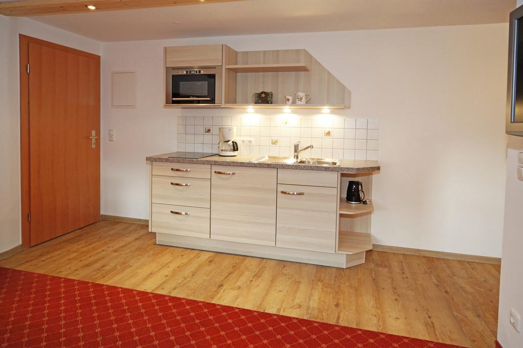 Küche mit Microwelle, Cerankochfeld, Kaffeemaschine, Eierkocher, Wasserkocher;