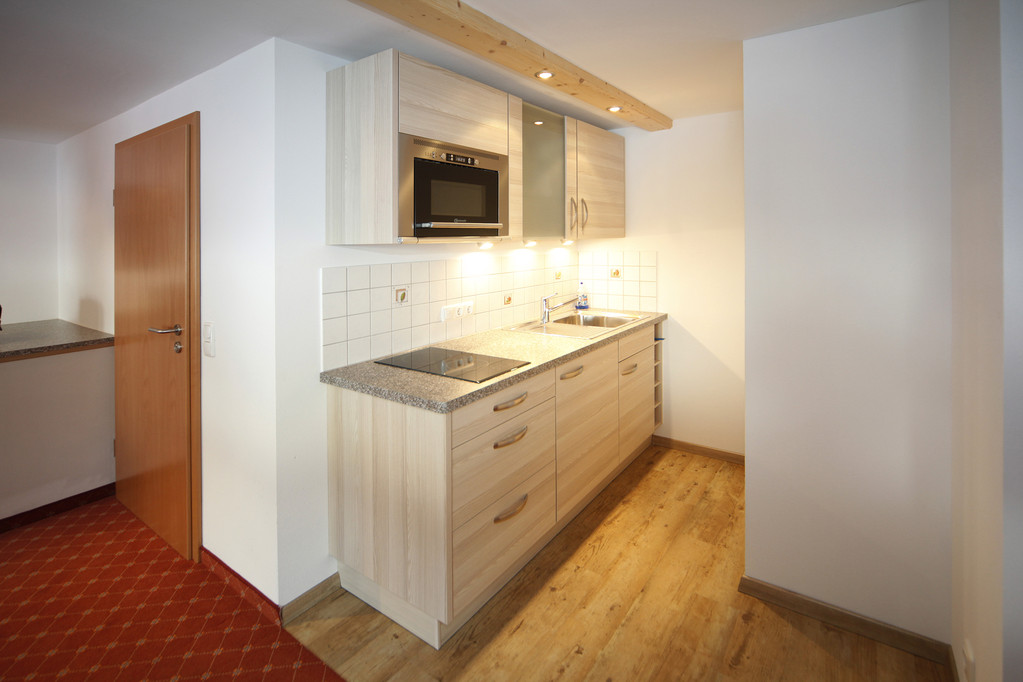 Küche mit Micro, Cerankochfeld, Kaffeemaschine, Wasser- und Eierkocher;