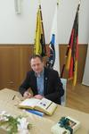 FDP-Ratsmitglied Felix Haltt beim Eintrag ins Goldene Buch