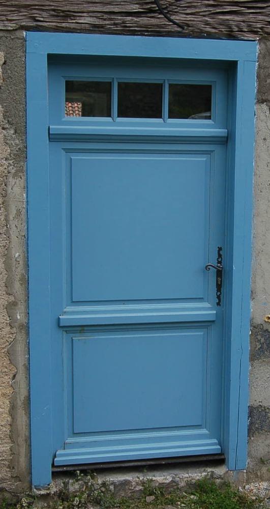 Porte d'entrée à panneaux pleins  isolants, reproduite à l'identique.