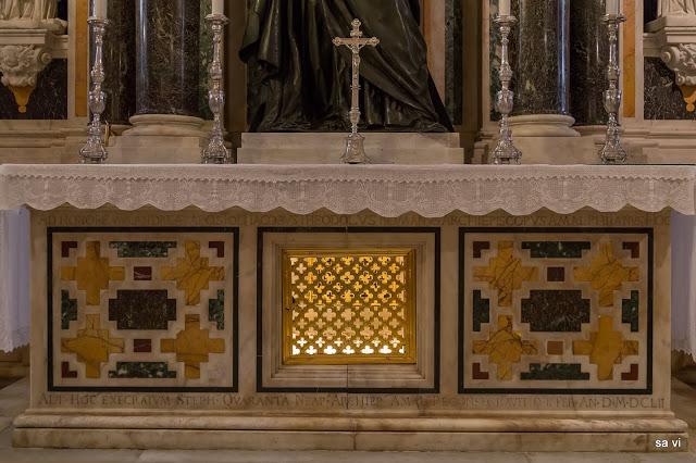 Die Confessio unter dem Altar ist der Ort, an den heute die Reliquien des heiligen Apostels Andreas in Amalfi aufbewahrt werden.