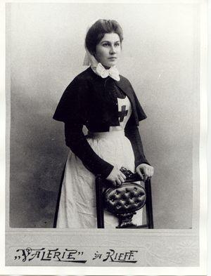 Anna Vasilievna Lansky, die Ehefrau von Valentin Woino-Jassenezky in russischer Schwesterntracht.