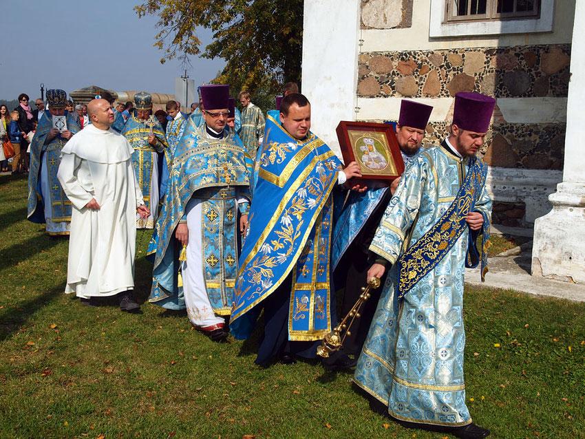 Prozession mit der Ikone in Nesow. Wie gut das ökumenische Klima zwischen Orthodoxen und Katholiken heute geworden ist, zeigt die Teilnahme des Pauliner-Paters am orthodoxen Gottesdienst.