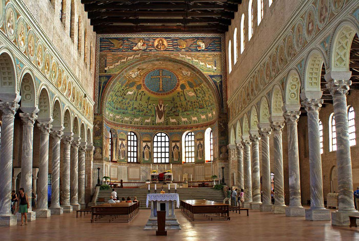 In der Kirche San Apollinare in Classe in Ravenna sind die ursprünglichen christlich-spätantiken Mosaikikonen bis heute erhalten geblieben. In der Apsis ist das Triumpfkreuz aus den Jahre 549 nach Christus zu sehen.