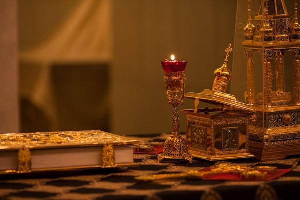 Das verwandelte Lamm (Агнец), das bei der Liturgie am vorhergehenden Sonntag konsekriert wurde, wird bis zur Liturgie der vorgeweihten Gaben im Artophorion aufbewahrt.