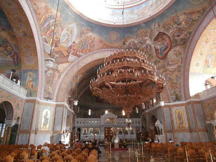Blick in das innere der orthodoxen Kathedrale zu Ehren des heiligen Apostels Andreas des Erstberufenen in Patras.