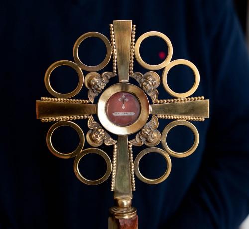 Die eigenliche Heilig-Kreuz-Reliquie in Ballycahill ist nur ein kleiner Splitter, der in ein kleines umhängbares Reliquienkreuz gefasst ist.
