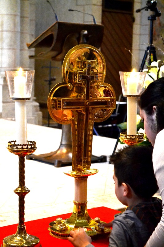 Verehrung der Kreuz-Reliquie am Kreuzsonntag in der großen Fastenzeit.