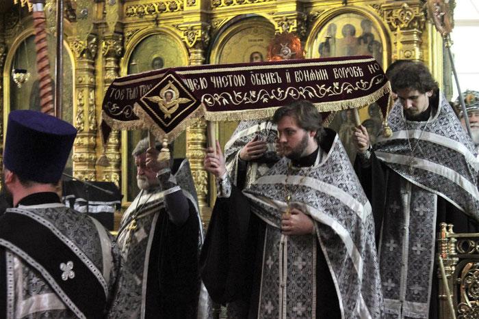 Prozession mit der Plaschinitza in Russland.