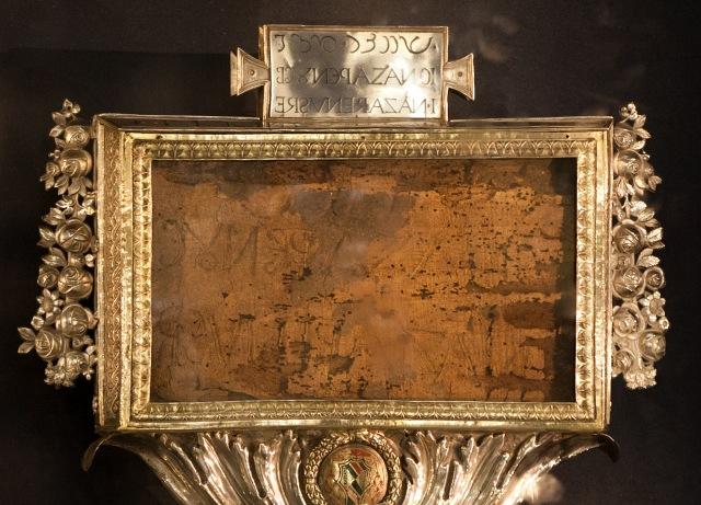 Der Titulus Crucis, die Inschrift vom Kreuz des Herrn in der Basilika Santa-Croce-in-Gerusalemme in Rom.