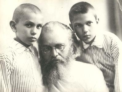 Vater Valentin mit seinen Kindern.