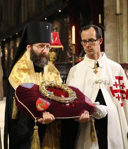S. E. Erzbischof Iov (Getcha) von Telmessos mit der heiligen Reliquie der Dornenkrone in Notre-Dame in Paris.