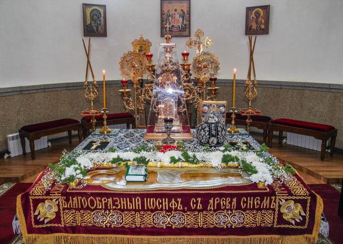 Vor der Grablegungsprozession liegt der Epitaphios auf dem Altar.