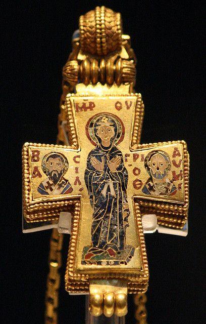 Kostbares Brustkreuz aus byzantinischer Zeit. Es handelt sich um ein sogenanntes Enkolpion (von griechisch ἐν κόλπος), ein an einer Kette auf der Brust getragenes Kreuz, häufig auch mit Reliquien.