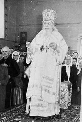 Der bereits erblindete Vladika Luka von Simferopol zelebriert die göttliche Liturgie.