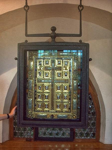 Staurothek mit einer Heilig-Kreuz-Reliquie in der Abtei Sankt Matthias in Trier.