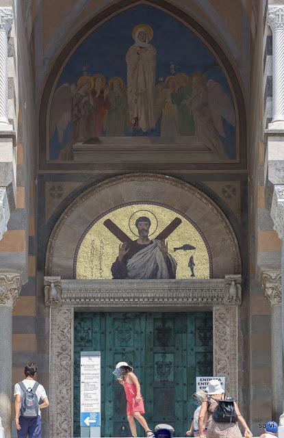 Moderne Mosaik-Ikone des heiligen Apostels Andreas über den dem Eingangstor zur Kathedrale in Amalfi.