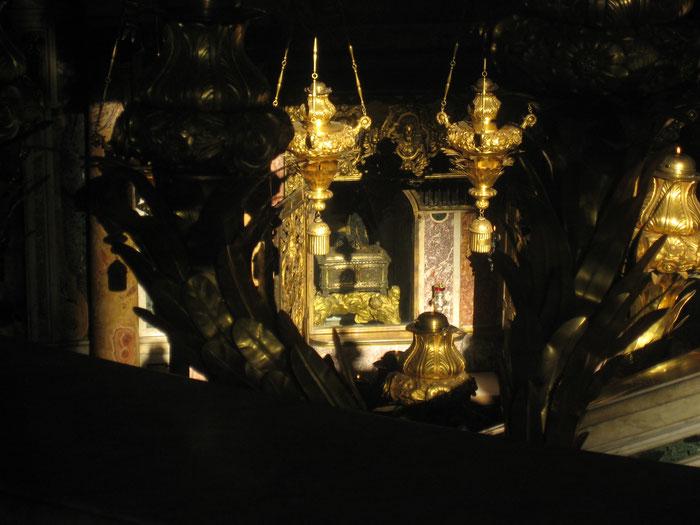 "Blick auf die ""Confessio"" in der Nähe des Petrus-Grabesasilika Sankt Peter in Rom."